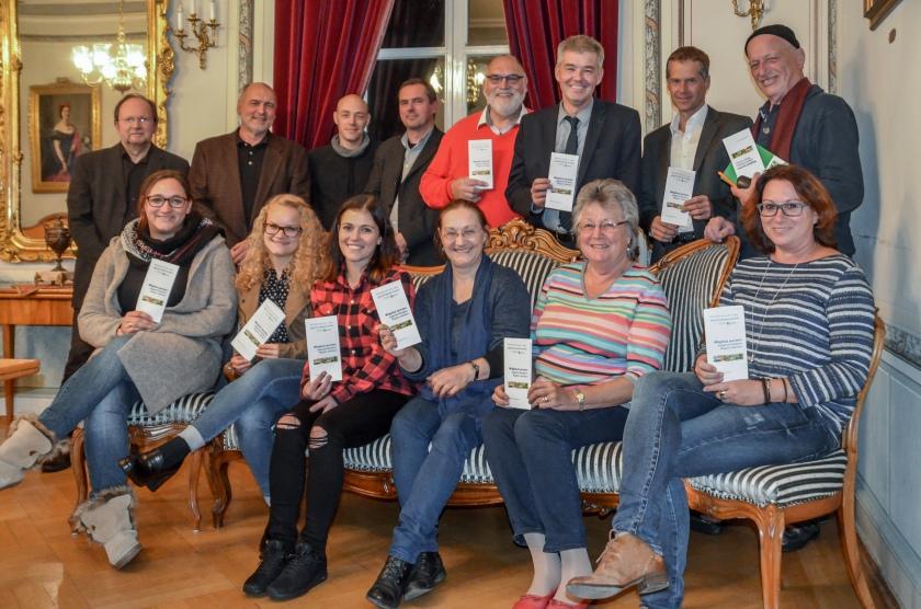 """Gründungsmitglieder """"Förderverein der Jugendkunstschule im Nationalpark-Landkreis Birkenfeld e.V."""" (v.l.n.r. Hans-Jürgen Brünesholz (Rechnungsprüfer), Verena Buschbaum (Kassiererin), Rolf Kaucher, Vanessa Zöller, Martin Lehmann, Lena Gemmel, Achim Welsch (Beisitzer), Ilona Brombacher, Gerhard Cullmann (2. Vorsitzender), Landrat Dr. Matthias Schneider (1. Vorsitzender), Katharina Zang, Dr. Ulrich Frey (Beisitzer), Einhard Zang, Christine Enders (Schriftführerin)) am 18.10.2016 in Birkenfeld"""